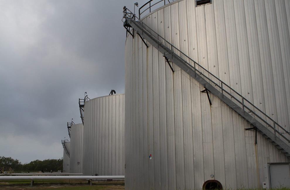 Large free-standing tanks